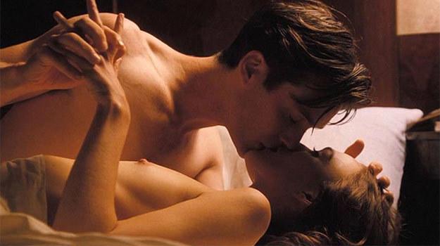 "Keira Knightley topless w scenie z filmu ""The Edge of Love"" /materiały prasowe"