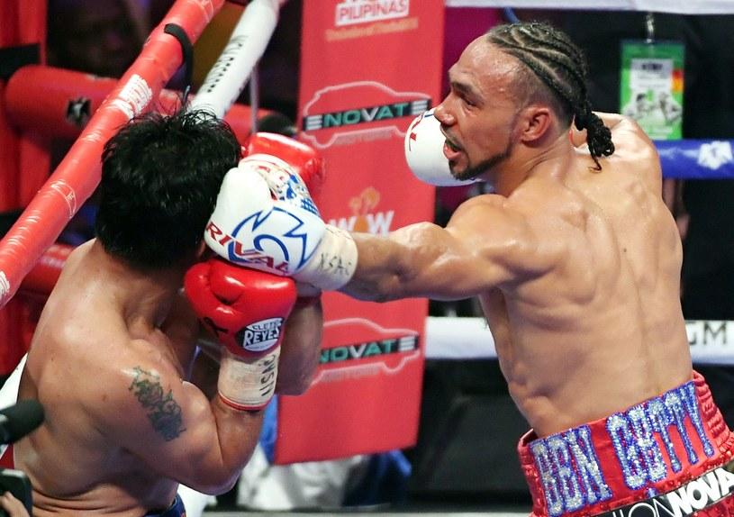 Keith Thurman (z prawej) w pojedynku Mannym Pacquiao /AFP