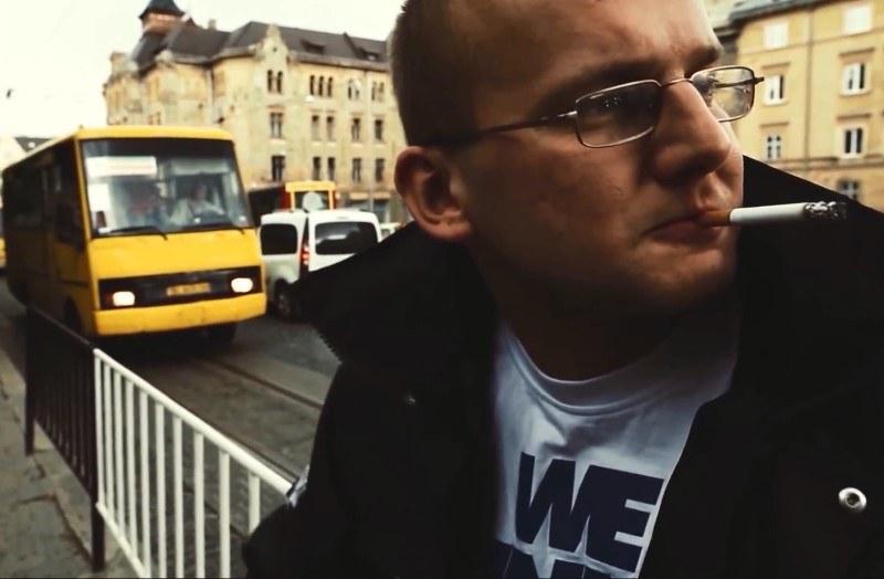 """Kękę na ulicach Lwowa. Kadr z teledysku """"Taki kraj"""" /YouTube"""