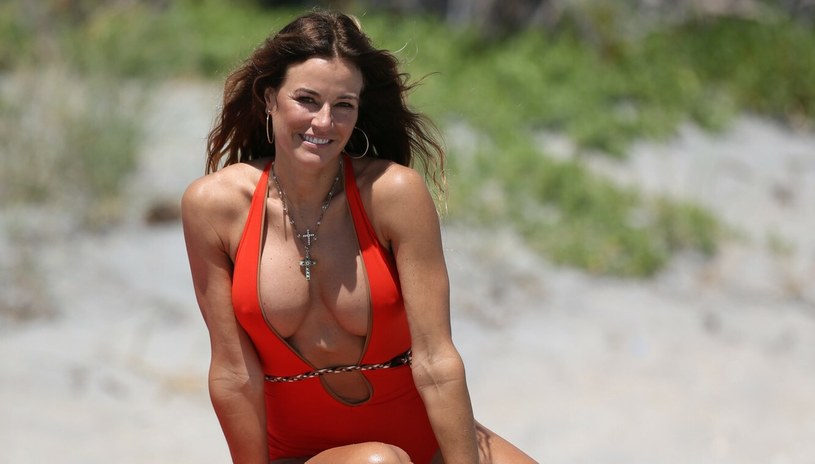 Kelly Bonsimon często jest widywana na plaży. 53-letnia gwiazda ma piękne ciało! /Thibault Monnier, PacificCoastNews /East News