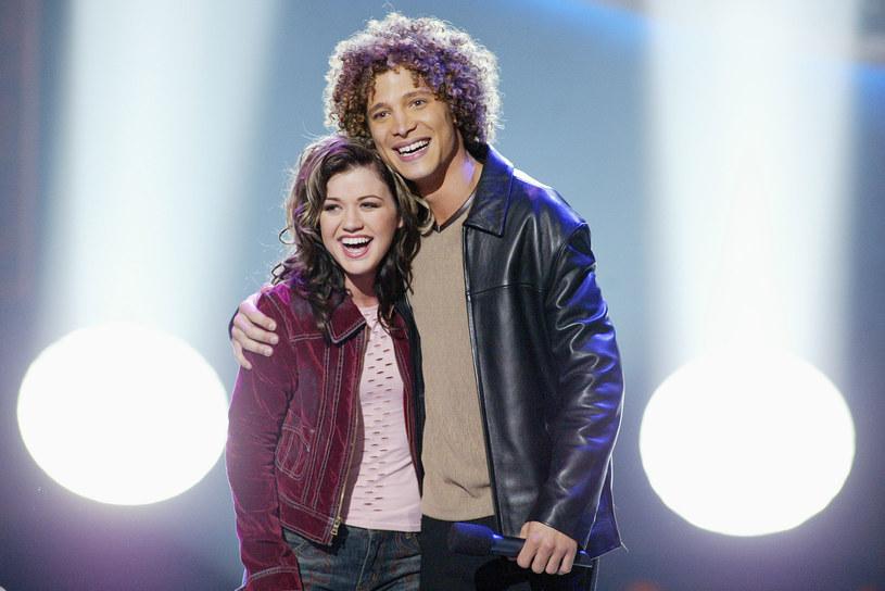"Kelly Clarkson i Justin Guarini podczas finału programu ""American Idol"" /Kevin Winter /Getty Images"