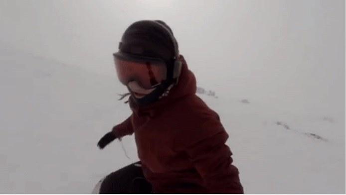 Kelly jechała na snowboardzie i głośno słuchała muzyki /YouTube