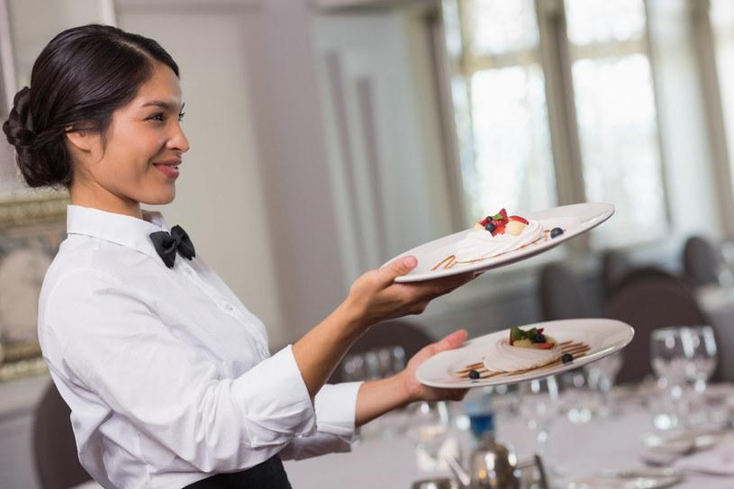 kelner w resteuracji /© Photogenica