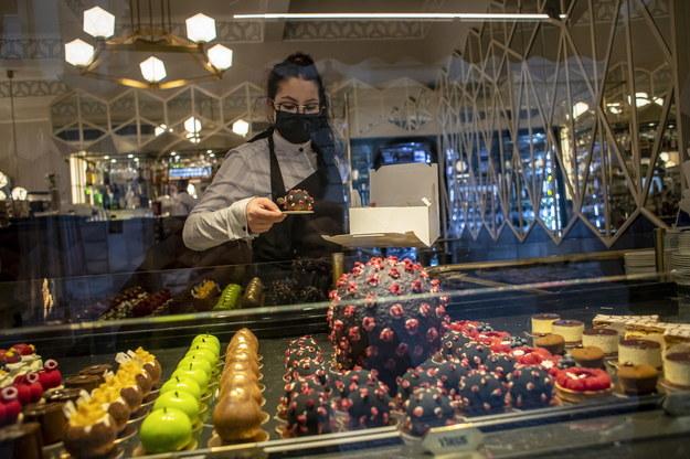 Kelnerka w maseczce w kawiarni w Pradze /Martin Divisek /PAP/EPA