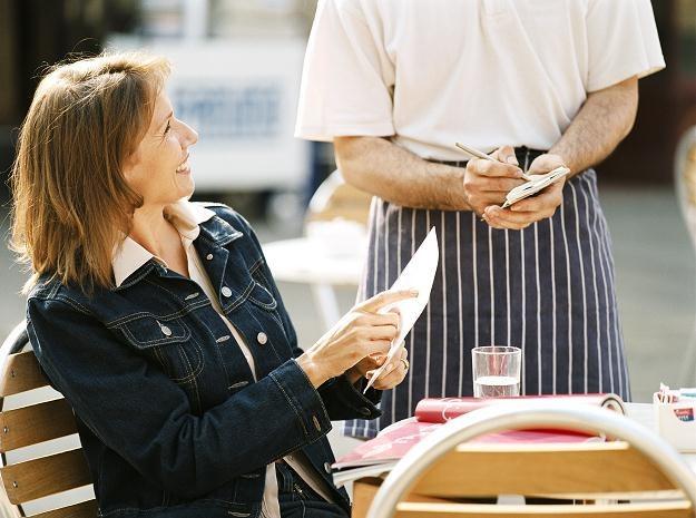 Kelnerzy posługujący się językiem angielskim mają szansę na pracę w krajach południowoeuropejskich /© Bauer