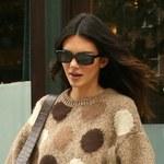 Kendall Jenner w jesiennym sweterku i jeansach. Co noszą zagraniczne gwiazdy?