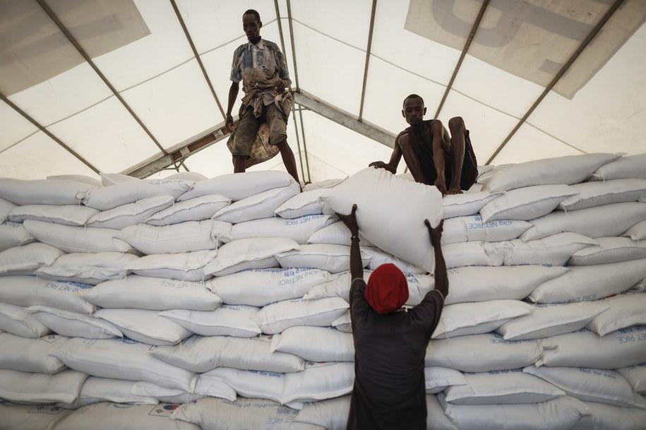Kenia. Lokalni pracownicy układają worki ryżu podarowane Światowemu Programowi Żywnościowemu przez Koreę Południową, czerwiec 2019 /DAI KUROKAWA /PAP/EPA