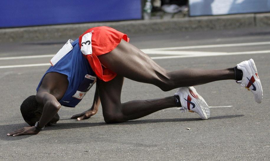 Kenijczyk Martin Lel całuje ziemię po wygraniu 38. maratonu w Nowym Jorku /Peter Foley /PAP/EPA