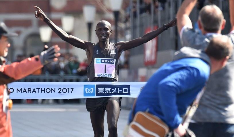 Kenijczyk na mecie maratonu w stolicy Japonii /AFP