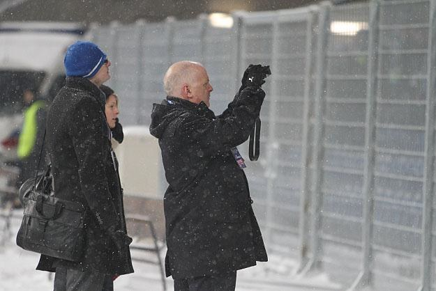 Kenny Scott robi zdjęcia w asyście prawnika Lecha Konrada Klechy. Fot. Andrzej  Grupa /INTERIA.PL