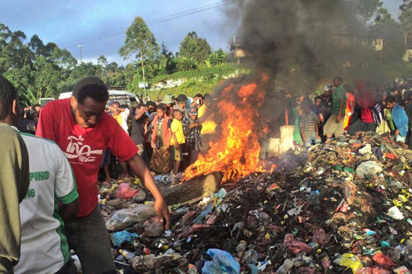 Kepari wciąż żyła, kiedy na jej ciało rzucano płonące opony /AFP