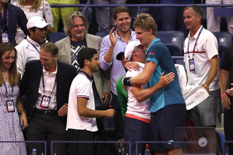 Kevin Anderson (w niebieskiej koszulce) po awansie do finału US Open. /AFP