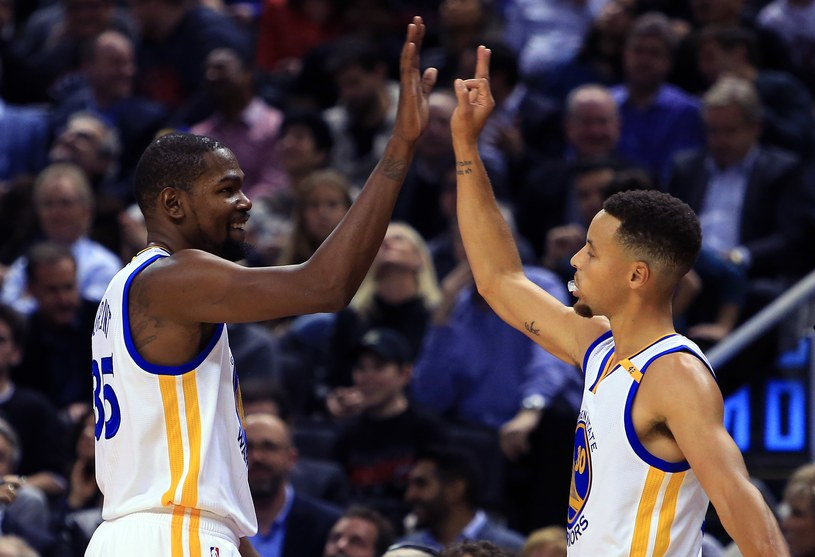 Kevin Durant (z lewej) i Stephen Curry /AFP