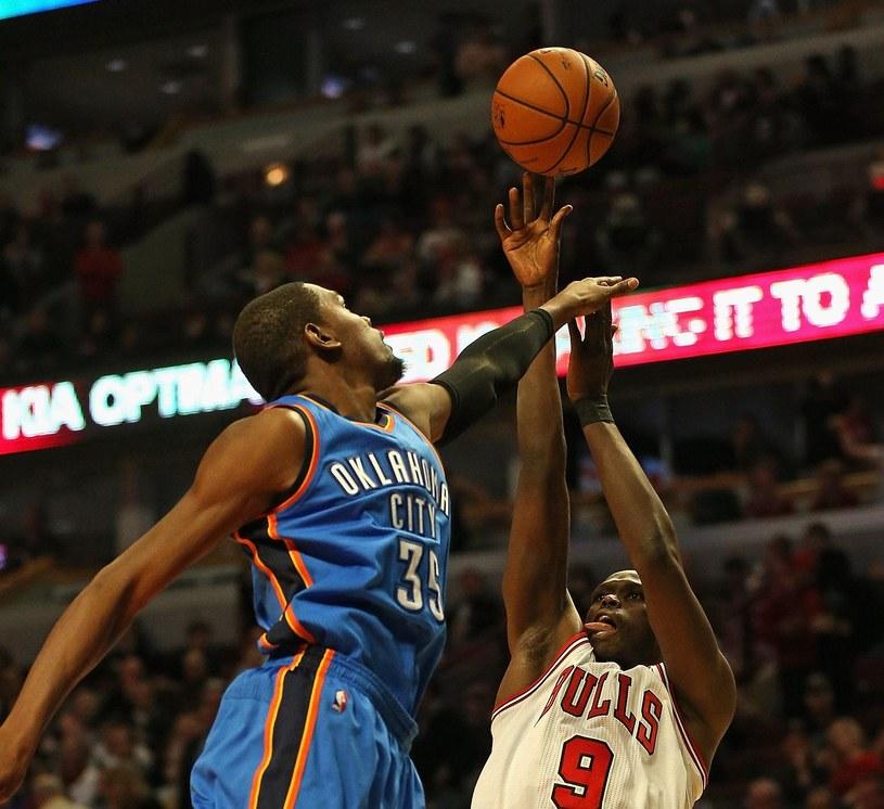 Kevin Durant (z lewej) w meczu z Chicago Bulls /AFP
