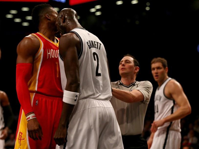 Kevin Garnett atakuje głową Dwighta Howarda /AFP