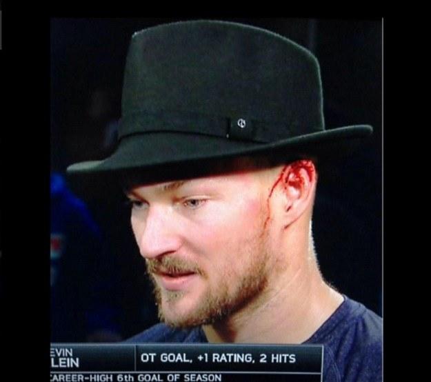 Kevin Klein w kapeluszu dla najlepszego zawodnika meczu w ekipie Rangersów; zdjęcie z Twittera /INTERIA.PL