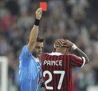 Kevin-Prince Boateng z Milanu nie może uwierzyć, że otrzymał właśnie kolejną kartkę