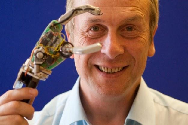 Kevin Warwick - pierwszy cyborg wśród ludzi /materiały prasowe