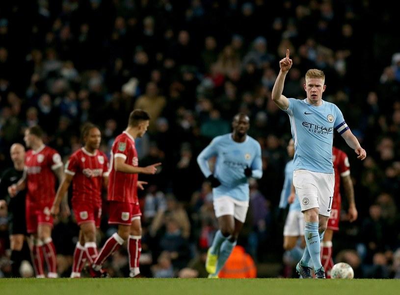 Kevind De Bruyne (P) cieszy się z gola w meczu z Bristol City /Nigel Roddis /PAP/EPA