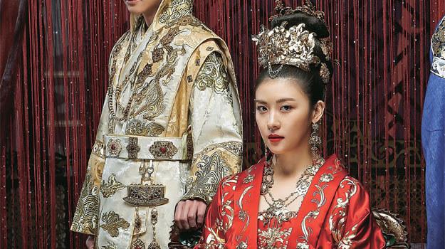 """Ki (Ha Ji Won), zanim została cesarzową, jako """"Szakal"""" długo ukrywała się w przebraniu mężczyzny /Tele Tydzień"""