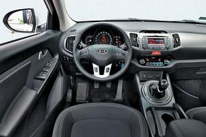 Kia Sportage 1.6 GDI S: najlepsza jakość spośród aut biorących udział w teście i (z małym wyjątkiem) logicznie rozplanowane elementy obsługi. W wielki prędkościomierz wpisano wyświetlacz komputera pokładowego. /Motor