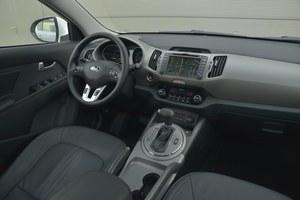 Kia Sportage 2.0 CRDi AWD L: bodaj najładniejszy kokpit w teście okazuje się równie łatwy w obsłudze co ten w ix35. /Motor