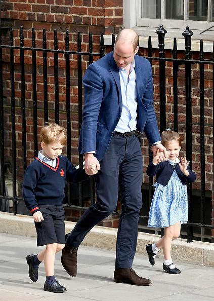 Kiążę Georg i księżniczka Charlotte idą na spotkanie z braciszkiem /Getty Images