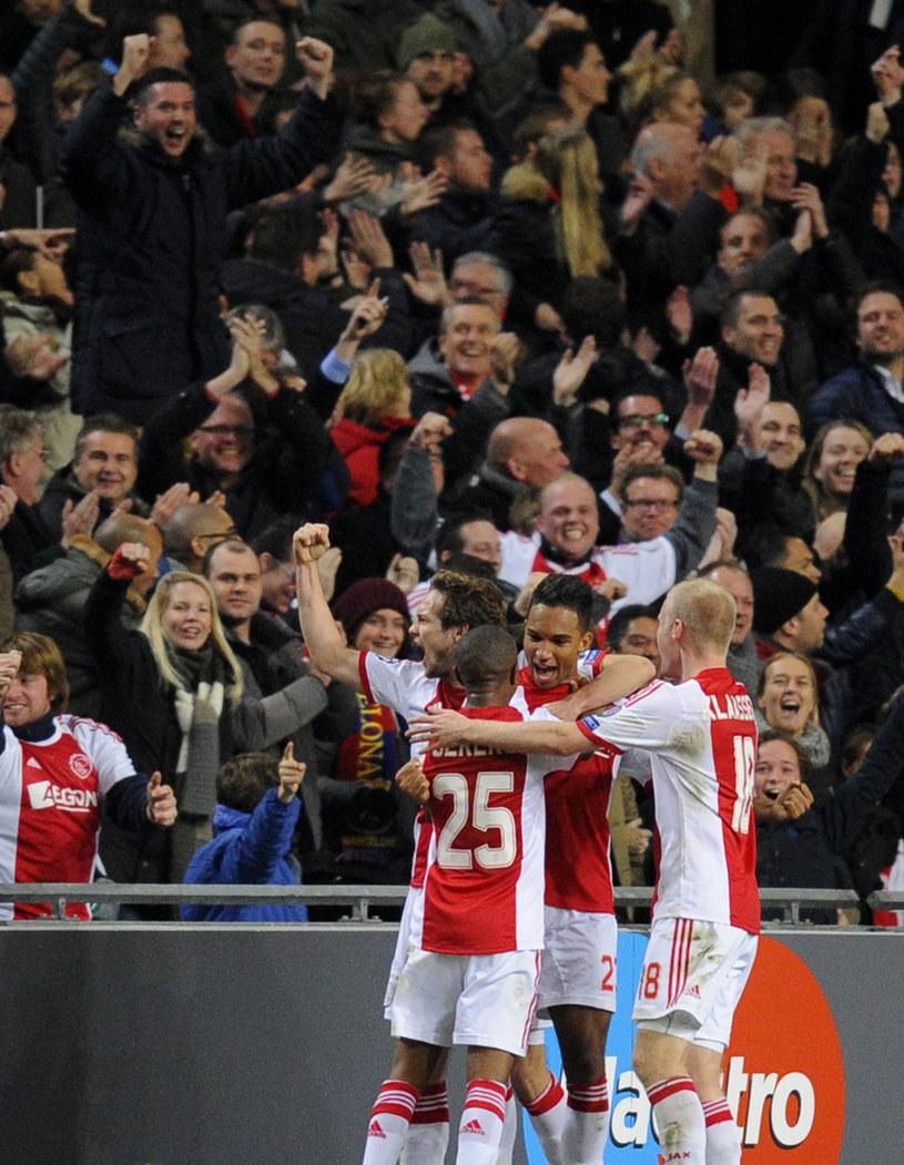 Kibic Ajaksu Amsterdam został poważnie ranny, gdy cieszył się z gola w meczu z Barceloną /AFP