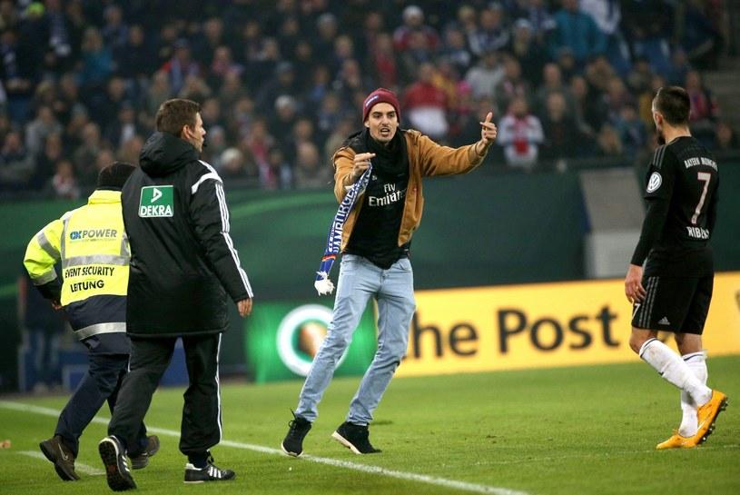 Kibic wtargnął na murawę w trakcie meczu HSV - Bayern Monachium /PAP/EPA