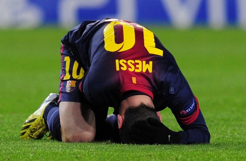 Kibice Barcelony zamarli, kiedy Lionel Messi doznał kontuzji w meczu z Benfiką /AFP
