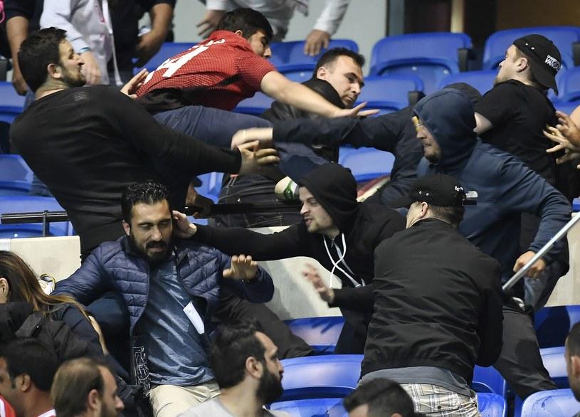 Kibice Besiktasu atakują tych z Lyonu. /AFP