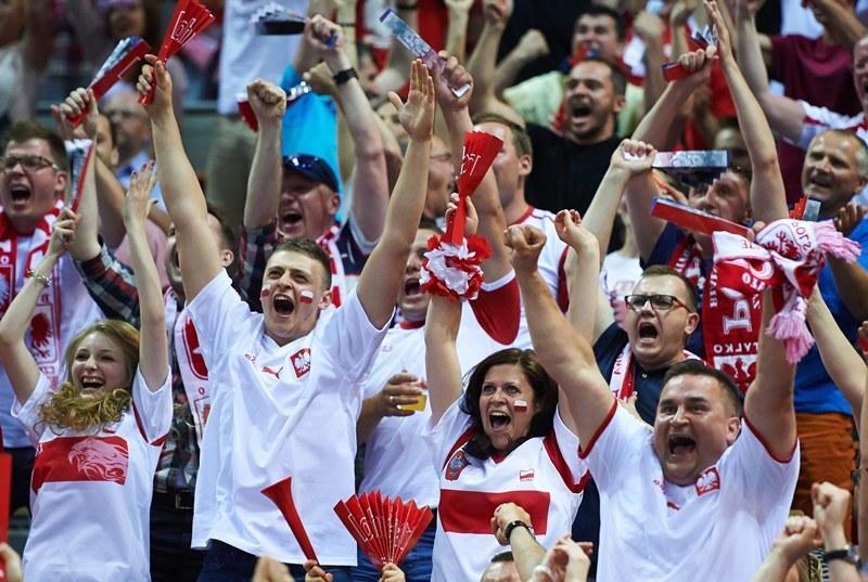Kibice cieszą się ze zwycięstwa Polaków /Adam Warżawa /PAP