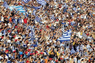 Kibice fetują zdobycie mistrzostwa Europy przez Grecję /AFP