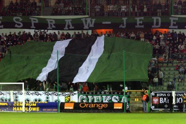 Kibice GKS-u Bełchatów stworzyli oprawę z flagą w barwach klubowych /