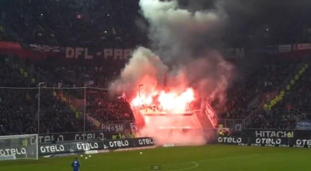 Kibice HSV spalili własną flagę /INTERIA.PL