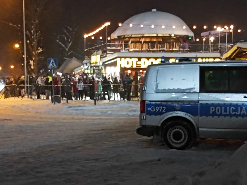 Kibice i policja przed bramą skoczni /INTERIA.PL