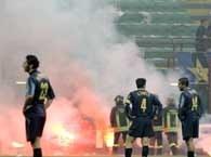 Kibice Interu nie wytrzymali nerwowo i wymusili zakończenie meczu /AFP