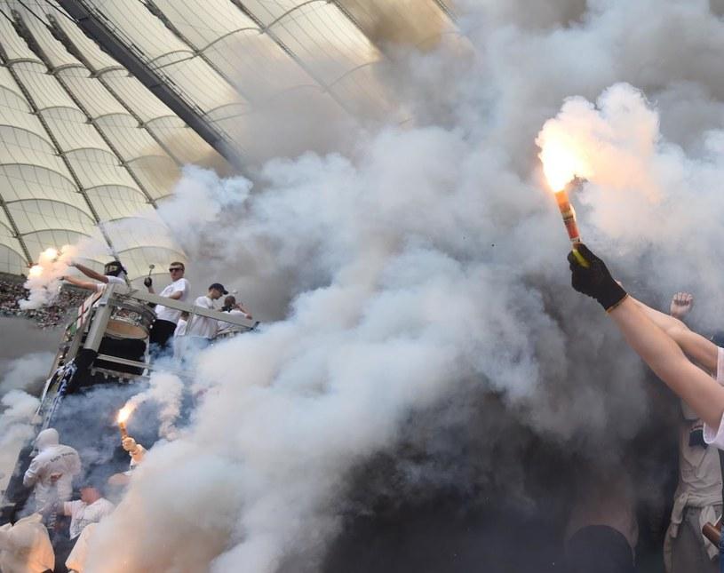 Kibice Lecha i Legii odpalali race podczas finału Pucharu Polski /Fot. Bartłomiej Zborowski /PAP