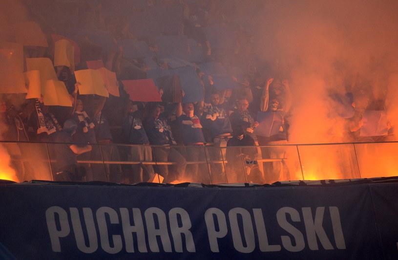 Kibice Lecha Poznań odpalili race podczas meczu z Legią w finale PP /Fot. Bartłomiej Zborowski /PAP