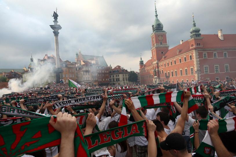 Kibice Legii na placu Zamkowym w Warszawie /Fot. Tomasz Gzell /PAP