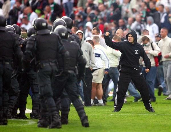 Kibice Legii podczas awantury na stadionie Vetry Wilno w lipcu 2007 r. /INTERIA.PL