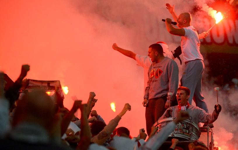 Kibice Legii podczas meczu piłkarskiej T-Mobile Ekstraklasy z Polonią /Bartłomiej Zborowski /PAP