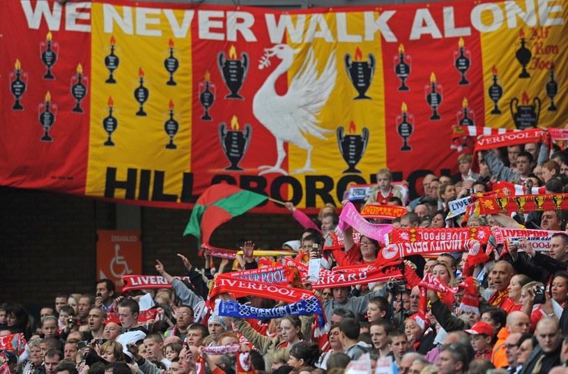Kibice Liverpoolu pamiętają o ofiarach tragedii na stadionie Hillsborough /AFP
