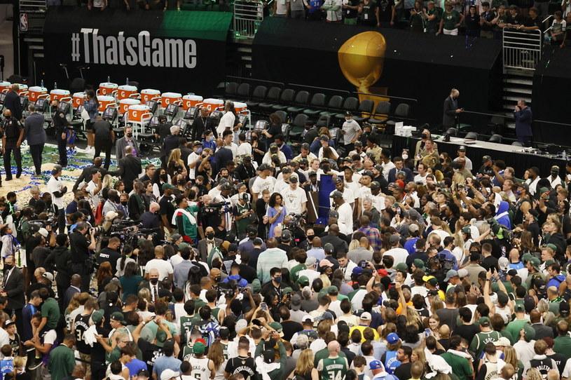 Kibice na finałowym meczu Milwaukee Bucks - Phoenix Suns. /TANNEN MAURY  /PAP