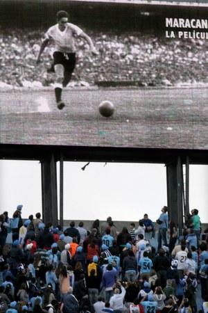 Kibice na stadionie oglądają historycznego gola zdobytego w 1950 roku przez Alcidesa Ghiggię /Ivan Franco    /PAP/EPA