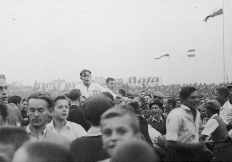 Kibice niosą na rękach Władysława Szczepaniaka (na pierwszym planie) i Ernesta Wilimowskiego /Z archiwum Narodowego Archiwum Cyfrowego
