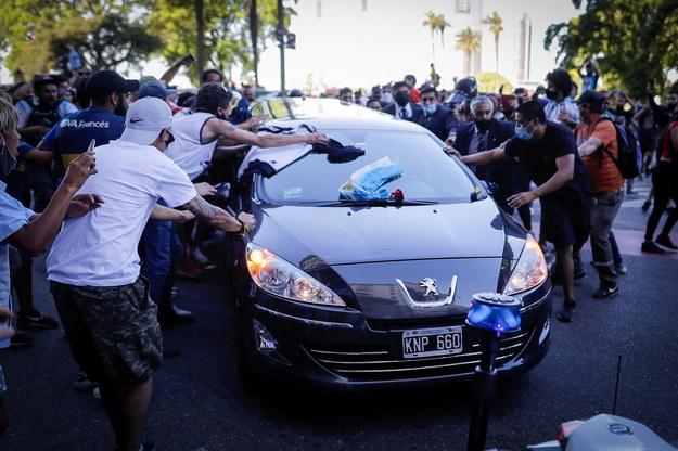 Kibice otaczają samochód wiozący trumnę z ciałem Diego Maradony /JUAN IGNACIO RONCORONI /PAP/EPA