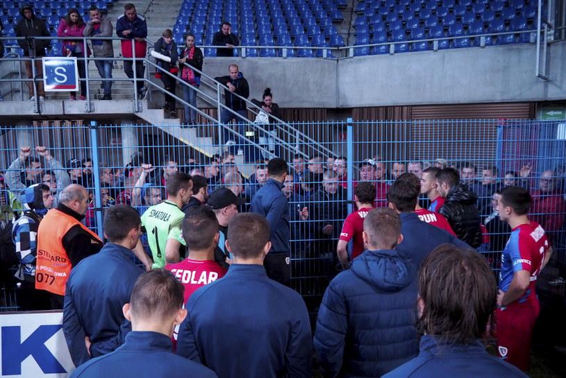 Kibice Piasta Gliwice rozmawiają z piłkarzami po przegranym meczu z Arką Gdynia /Fot. Michał Szalast /PAP