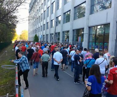 Kibice pod stadionem przed meczem Wisła - Legia. Wideo