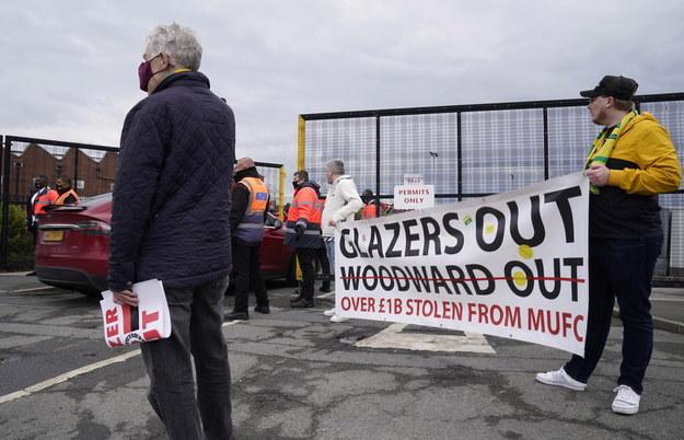 Kibice protestujący przed Old Trafford /Tim Keeton /PAP/EPA
